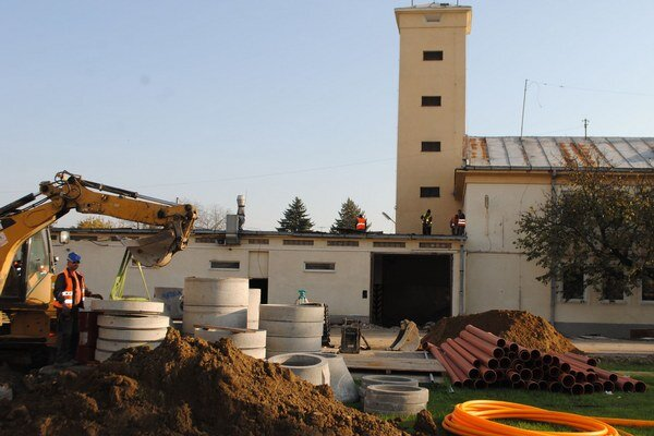Hasičská stanica v Michalovciach. Náklady na rekonštrukciu dosiahnu takmer 1,2 milióna eur. Stavebné úpravy potrvajú približne 5 mesiacov.
