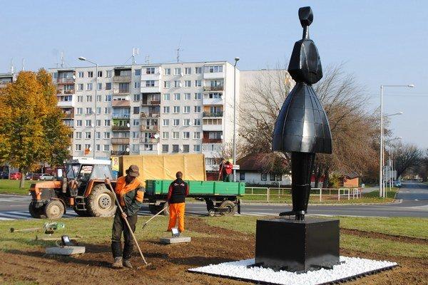 Kruhový objazd. Socha skrášľuje križovatku, ktorá spája Hollého, Moskovskú a Okružnú ulicu.