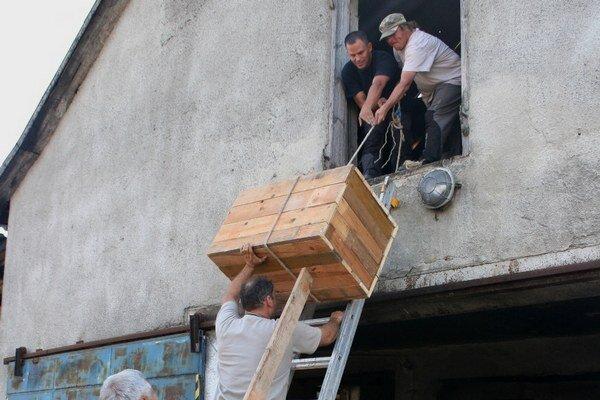Zachraňujú sovy. Drevené búdky zabezpečené proti vstupu kuny inštalovali ochranári do vybraných poľnohospodárskych objektov.