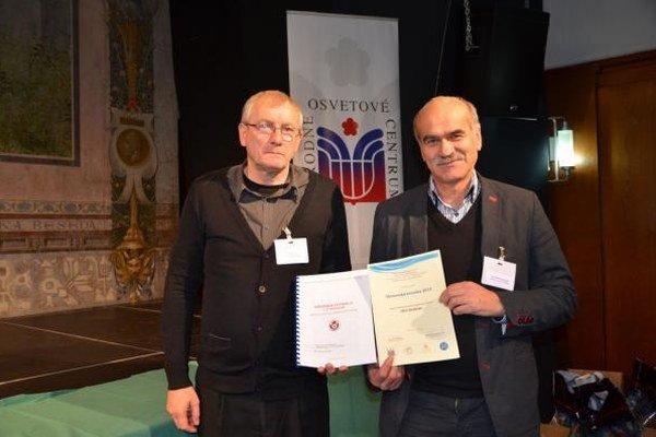 Ocenenie. Regionálny historik a kronikár Ján Poprik (vľavo) s primátorom Vladimírom Dunajčákom si prevzali cenu za Kroniku futbalu v Strážskom.