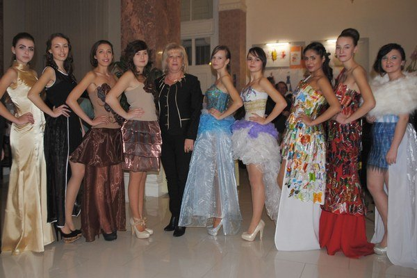 Módna prehliadka. Študentky z Michaloviec ukázali originálne modely plné farebnosti, extravagancie, fantázie a šarmu.
