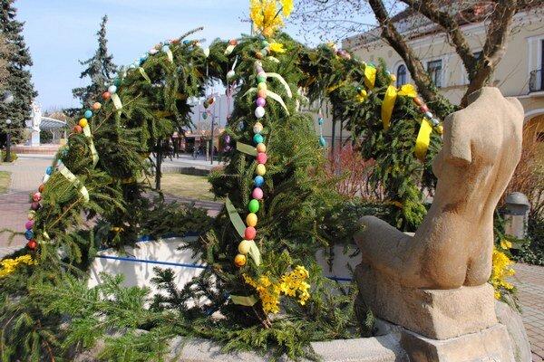 Veľkonočná výzdoba v Michalovciach. Kraslicami sú vyzdobené dve kamenné fontány. Na námestí stojí kraslicový strom.
