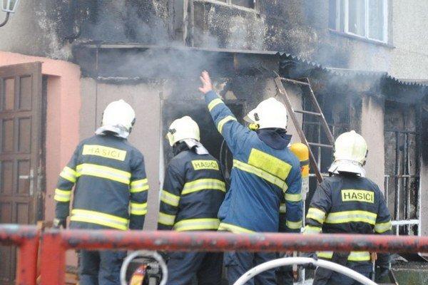 Hasičom sa podarilo oheň zlikvidovať do polhodiny. Pre husté zadymenie museli v dome zasahovať s dýchacími prístrojmi.