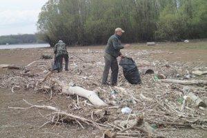 Rekordný počet brigádnikov. Do čistenia Šíravy sa zapojilo až 93 rybárov.