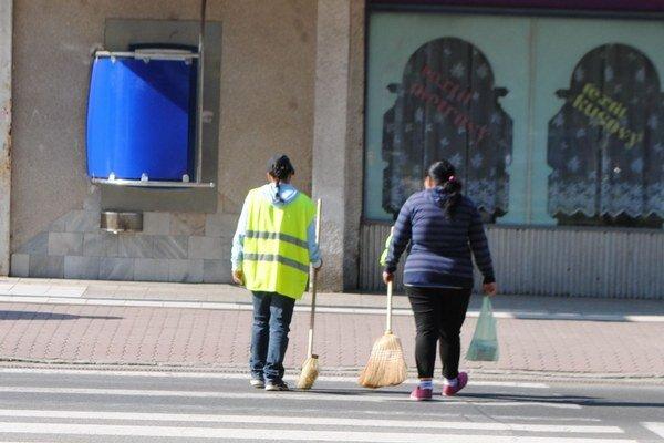 Mesto Sobrance. Samospráva preveruje podivné nákupy pracovného náradia a pomôcok, ktoré mali byť určené pre nezamestnaných, ktorí sa zapojili do aktivačných prác.