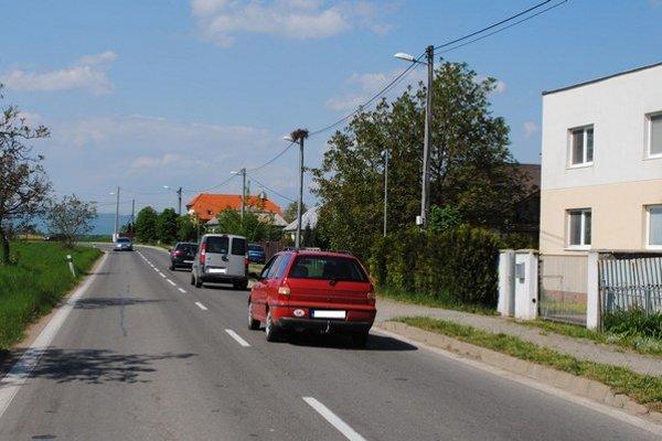 Ulica SNP v Michalovciach. Podľa miestach obyvateľov  tadiaľ jazdia vodiči prirýchlo. Uvítali by značku upozorňujúcu na zníženie rýchlosti, alebo častejšie merania rýchlosti policajtmi.
