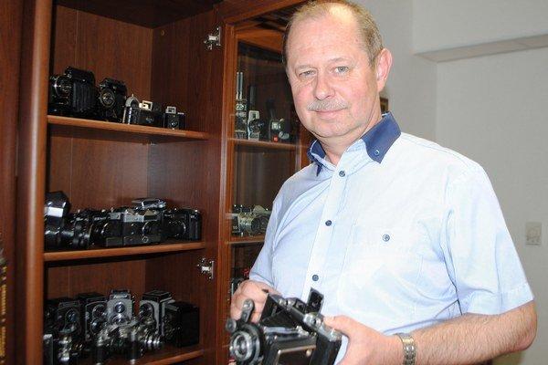 Zberateľ. Milan Kicka zo Sobraniec má vo svojej zbierke 62 starobylých fotoaparátov a 5 kamier.