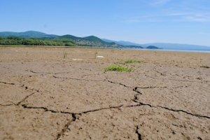 Šírava bez vody. Pre rekonštrukciu bezpečnostného priepadu pri obci Zalužice bude nízka hladina vody v nádrži aj v lete.