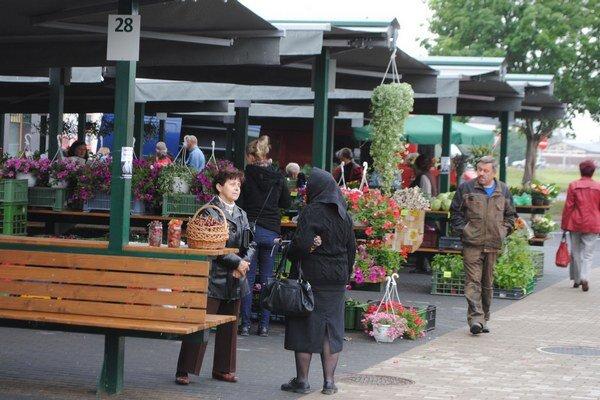 Trhovníci. Už vyše týždňa predávajú v stánkoch v blízkosti zrekonštruovanej tržnice.