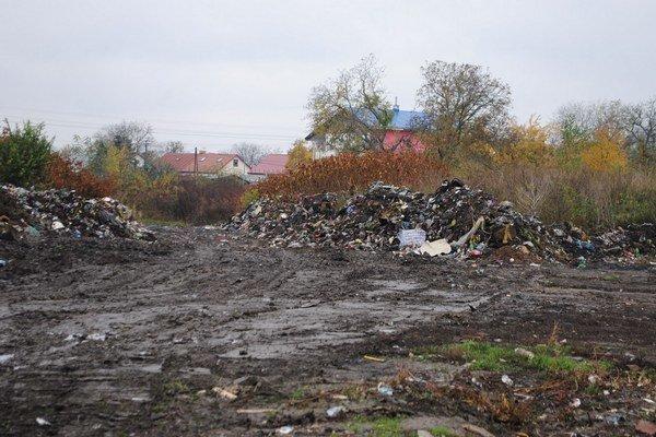 Nelegálne skládky. Najhoršia situácia je už tradične na Michalovskej ulici, kde žijú viacerí neprispôsobiví obyvatelia. Mesto bude musieť odtiaľ vyviezť tony odpadu.