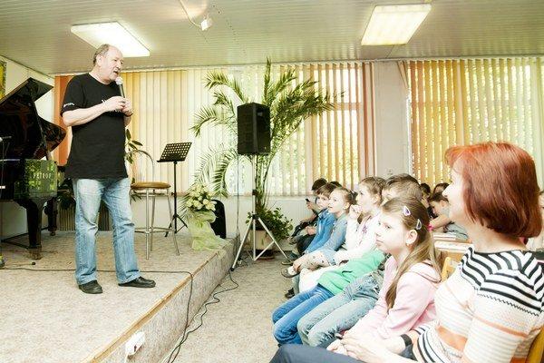 Daniel Hevier. Hral na klavíri, spieval a odpovedal na zvedavé otázky.