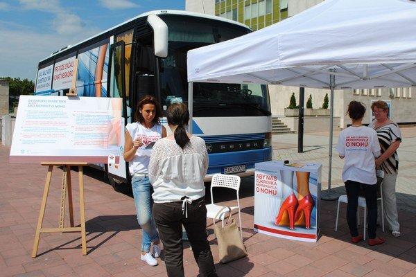 Pojazdná dia-ambulancia. Parkovala aj na Námestí slobody v Michalovciach. V autobuse bezplatne vyšetrili diabetikom nohy.