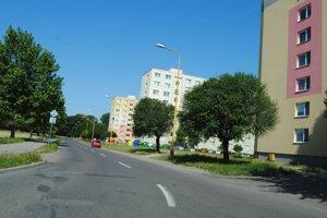 Ulica Nad Laborcom. Michalovčanom z obytných domov prekáža neporiadok a hluk, ktorý majú spôsobovať dočasní návštevníci z iných miest, ktorí sa zdržiavajú na Gerbovej ulice.
