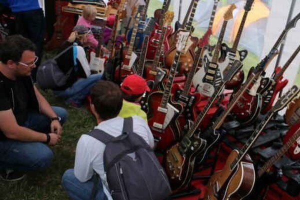 Výstava gitár. Rekreanti a návštevníci obdivovali aj unikátnu zbierku gitár Imricha Ferka z Gitarového múzea v Sobranciach.