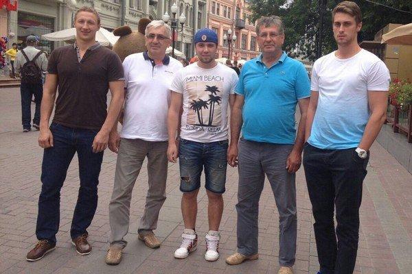 Nové posily s vedením klubu. Zľava Salnikov, Koščo, Sursov, Černega a Shangin.