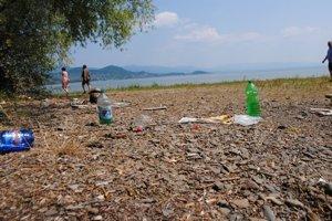 Rekreačné stredisko Biela hora. Po víkendových rekreantoch zostali znečistené pláže.