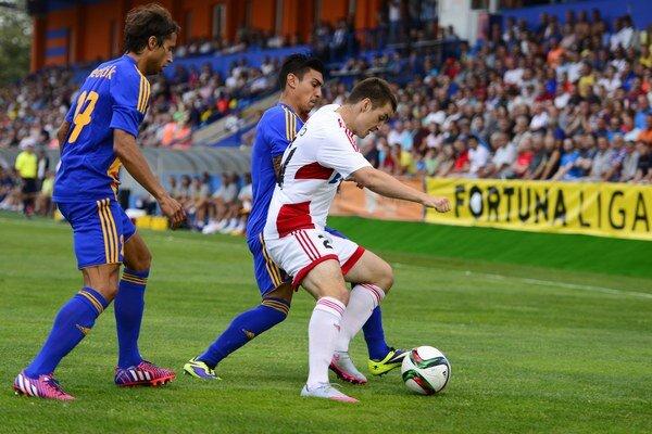 V premiére nedohral. Marcos Perez (v strede) si proti Trenčínu vykĺbil rameno.