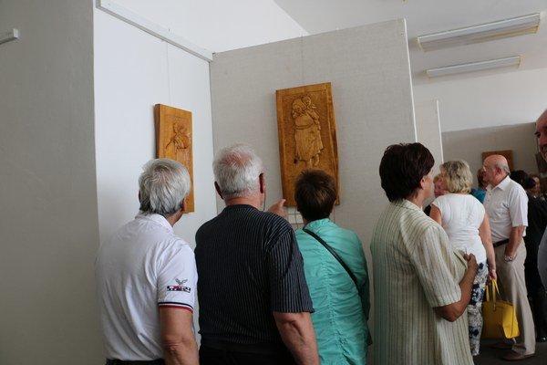 """Výstava """"Skalpel a dláto"""". Predstavuje štyridsať originálnych drevených obrazov."""