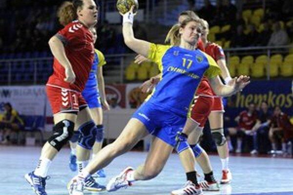 Hráčka Michaloviec Dominika Horňáková (vpravo) a hráčka Senca Sabína Štefíková (vľavo) počas semifinále národného play-off v hádzanej žien medzi HK Iuventa Michalovce a ŠKP Piccard Senec.