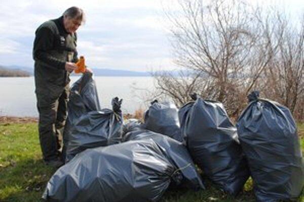Rybári. Z vody vytiahli 120 vriec odpadu. Medzi odpadkami prevládali plastové fľaše a obaly z drogistického tovaru.