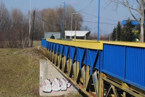 Most ponad rieku Laborec. Zatvorený je od decembra minulého roka. Využívajú ho najmä obyvatelia sídliska SNP a športoví fanúšikovia.
