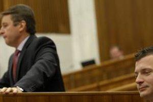 Pri schvaľovaní štátneho rozpočtu na budúci rok sa medzi ministrom financií Ivanom Miklošom a jeho predchodcom Jánom Počiatkom dá očakávať debata o tom, kto viac zatajoval fakty o rozpočte.