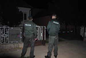 Polícia pred domom zavraždeného.