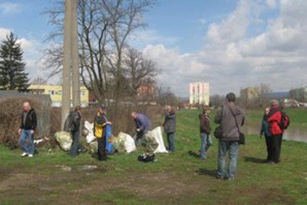 Michalovskí turisti. Namiesto túry sa pustili do čistenia brehov Laborca.