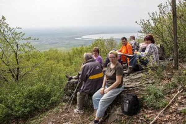 Rakovský kameň. Michalovským turistom sa naskytol nádherný výhľad na Zemplínsku šíravu a Východoslovenskú rovinu.