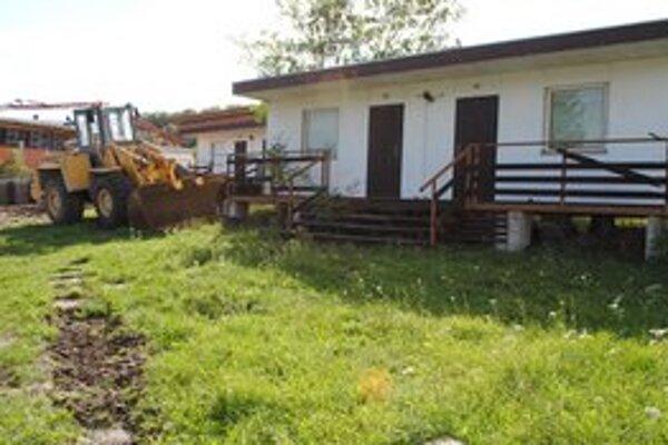 Chatky. Vlastníci ich museli z obecných pozemkov odstrániť. Na ich mieste začali výstavbu parkoviska pre aquapark.