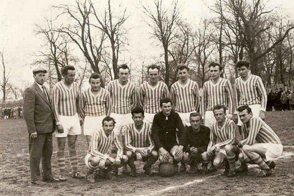 Tréner, funkcionár aj rozhodca Rudolf Chytil na fotografii v hornom rade vľavo.