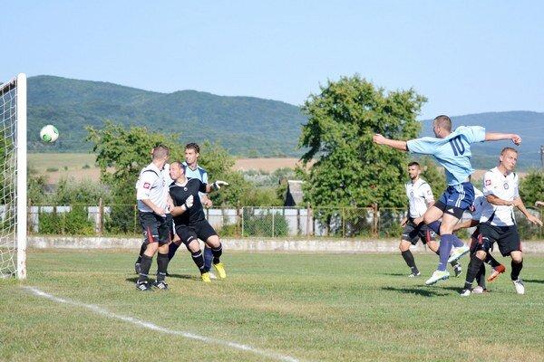 Miroslav Karafa práve vyrovnáva na 1:1. Strážanský útočník (s číslom 10) strelil dva góly.