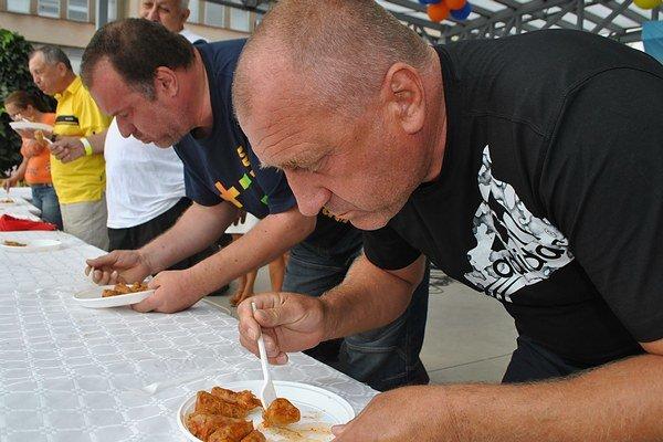 Gurmán a víťaz. Anton Vrana (v popredí) z Dubnice nad Váhom zjedol porciu holubkov za 1 minútu a 16 sekúnd.