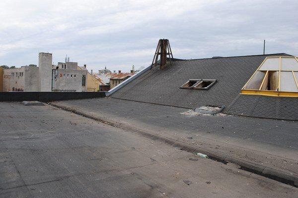 Strecha tržnice. Pripomína U-rampu.