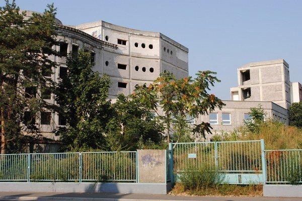 Rozostavaný pavilón. Začali ho stavať ešte v roku 1998. Na stavbe sa preinvestovalo približne 9 miliónov eur. Budova chátra  od roku 2004, kedy sa definitíve zastavila jej výstavba.