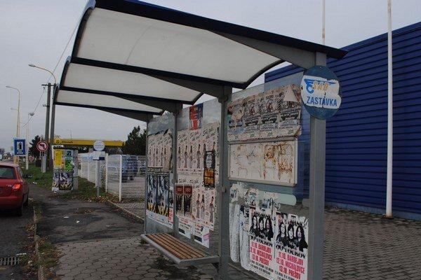Autobusové zastávky. Lepiči ich znečisťujú plagátmi, komerčnými reklamami a oznámeniami. Za znečisťovanie plôch im hrozí 33–eurová pokuta.