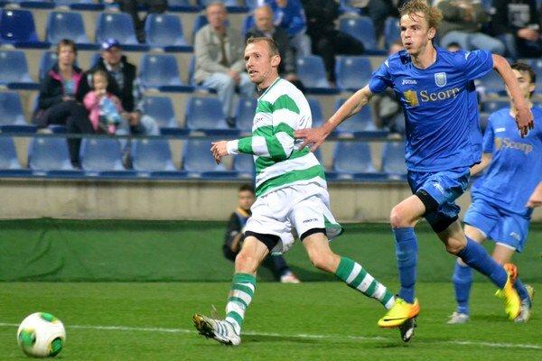 Najlepší strelec súťaže. M. Hamuľak (vpravo) zaznamenal v jeseni 15 gólov. FOTO: RA