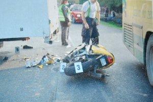 Záber z rozflákanej motorky. Narazil ňou do zadnej časti nákladného auta.