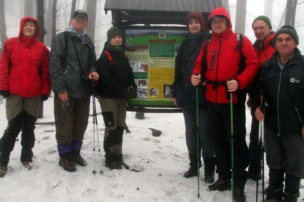 Michalovskí turisti. Majú za sebou prvú tohtoročnú akciu. Napriek nepriaznivému počasiu vystúpili na vrchol Sninského kameňa.