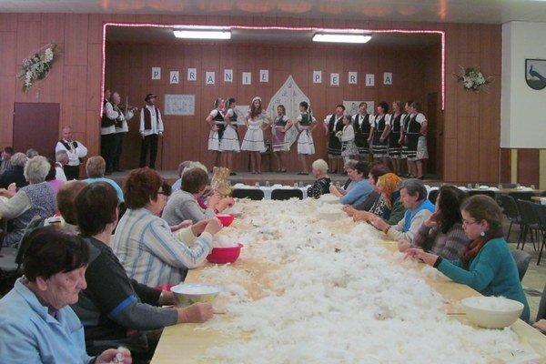 Páranie peria. Ženy z Pavloviec nad Uhom sa snažia túto tradíciu v obci zachovať.