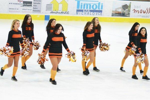Michalovské roztlieskavačky. V zápase proti Prešovu si odkrútili premiéru.
