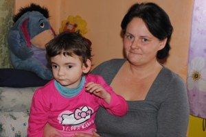S mamičkou. Alžbetka bojuje od narodenia s ťažkými chorobami. Pre svojich rodičov je usmievavé slniečko, ktoré sa statočne snaží prekonávať neľahký údel.