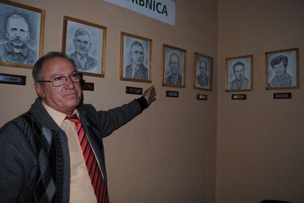Galéria starostov. Obecný úrad zdobí 12 portrétov starostov, ktorí šéfovali úradu od prvej polovice 20. storočia až do súčasnosti.