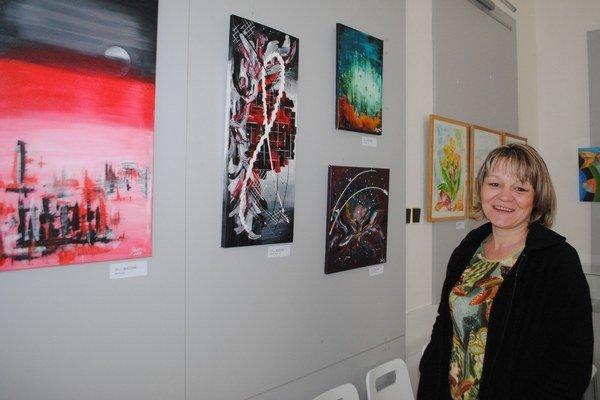 Oľga Bucová. Vo svojej výstavnej premiére sa prezentuje štvoricou abstraktných obrazov.