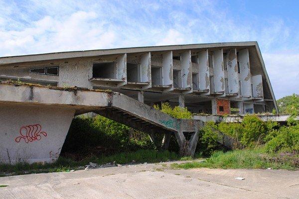 Lodenica. Kedysi centrum turistického ruchu a zábavy na Šírave pripomína ruiny.