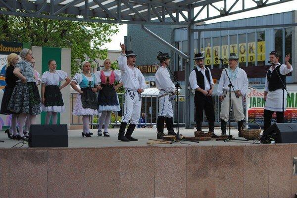 Jarni jurmarok. Pódium v centre mesta patrilo počas dvoch dní folklórnym a speváckym súborom a dychovej hudbe.