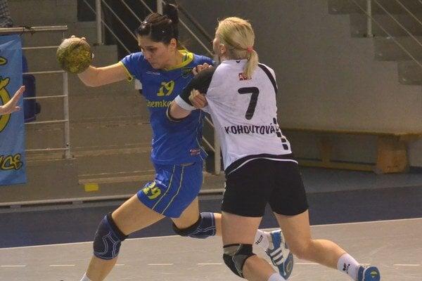 Opäť sú vo finále. L. Tobiašová (vľavo) strelila Sencu 4 góly.
