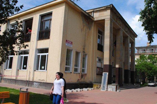 Dom kultúry. Mesto vymení na budove všetky okná, opraví strechu a vynoví fasádu. Za rekonštrukciu zaplatí samospráva 115-tisíc eur.