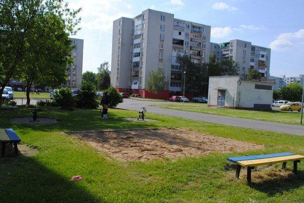 Kyjevská ulica. Obyvatelia žiadajú mesto, aby z detského ihriska odstránilo lavičky, na ktorých zvyknú často vysedávať vandali.
