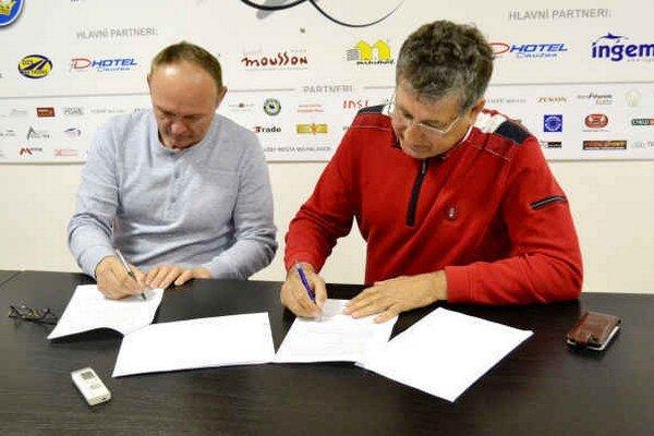 Staronový tréner s prezidentom klubu. M. Ihnačák a A. Černega pri podpise zmluvy.